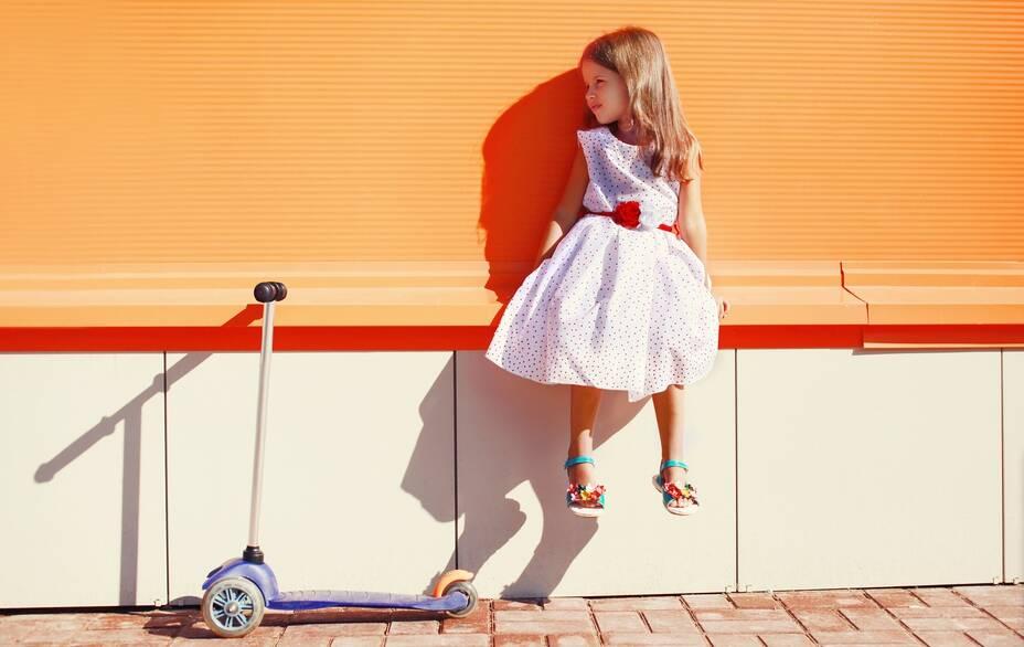 www.GetBg.net_2017People___Children_A_girl_in_a_beautiful_dress_with_a_scooter_115542_.jpg (Изображение JPEG, 2470×1621 пикселов) - Масштабированное (40) - Mozilla Firefox